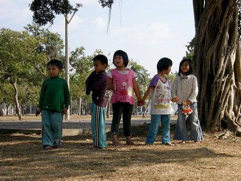 南沙魯村兒童的寒假(2)對不起!我們可以握手了嗎?