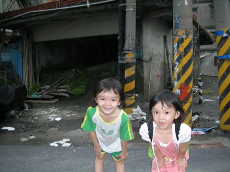 這兩位可愛孩子的家就住在附近,一旦傳出疫情,她們將成為被感染高危險族群