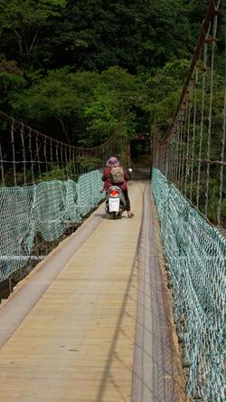 西安吊橋是達卡努娃村人過去一個月所仰賴的連外道路
