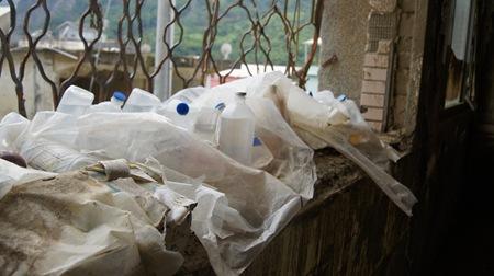 成堆的生理食鹽水堆放在廢棄的衛生所,日曬雨淋