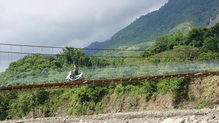 婦女們騎著機車走西安吊橋已是稀鬆平常