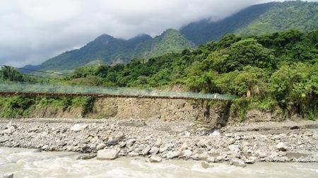 距離河面約7公尺,當河水暴漲後,恐難抵土石、水流、漂流木的衝擊