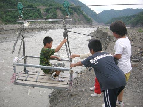 過河流籠-美蘭孩子的暑假