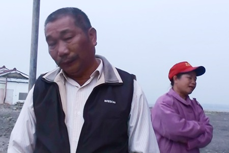 屏東縣高樹鄉受災農民蔡英進夫婦,農田被洪水帶走了,擔憂著未來的日子將如何度過