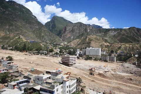 前言01 2010年8月7日深夜11點左右,甘肅省舟曲縣東北部山區降下特大暴雨,引發三眼峪、羅家峪2條特大泥石流,沖毀城關鎮300多棟民房。中國官方統計,此次估計約1,500人罹難,另有數百人失蹤。然而,幾乎所有當地人都說 – 少說也死了5、6,000人