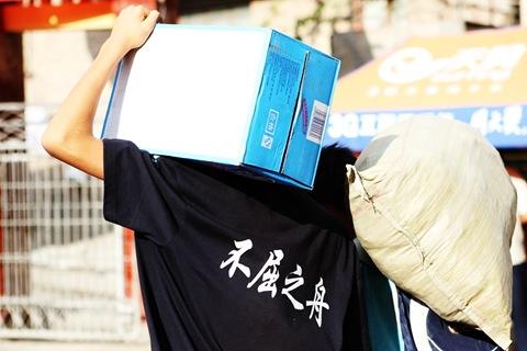 前言03 一名當地人穿著印有「不屈之舟」文字的T恤,但願無形中也能為所有救難者、倖存者加油打氣