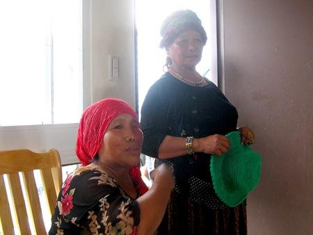 Ina身旁的是佳暮村的頭目,頭目頭上跟手上拿的帽子也都是Lubula Ina作的