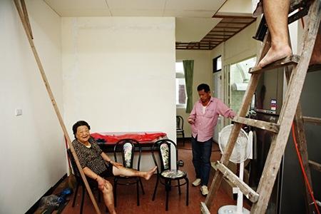 邱于雀的家正在改裝,他們縮減客廳空間,多隔出房間給行動不便的她使用