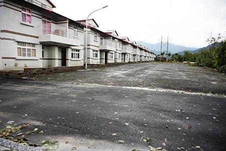 日安社區與大馬路僅隔著一座停車場,居民擔心社區容易遭竊