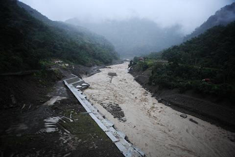 溪水暴漲的達娜伊谷,便橋早已不知去向