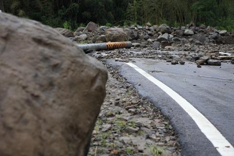 達邦往樂野路段有許多落石,也有電線桿被吹斷
