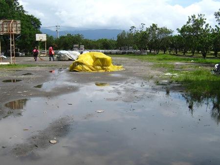 長治百合部落園區內隨處可見空地因雨積水的情形