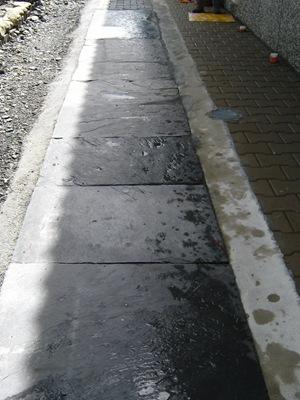 為了避免排水溝因為雨水將泥沙沖進水溝導致排水不良,已有居民自行用石板加蓋水溝蓋