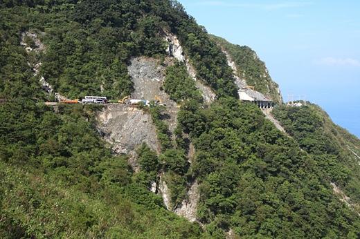 本日上午,搜救隊在112.8K崩塌處邊坡,距離路面下方約300公尺深的砂石堆中發現花蓮畢士大教養院特教老師劉芸均遺體