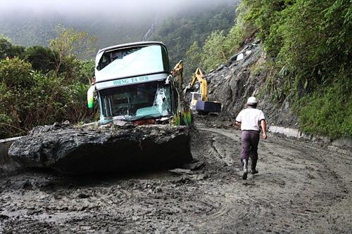 12.8K處被巨石、砂礫擊毀的遊覽車