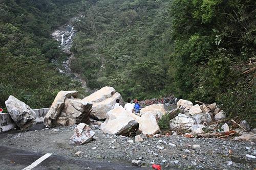 部分堆積在蘇花公路上的巨石,直徑甚至超過3公尺