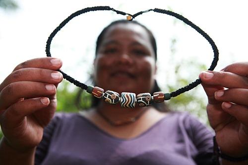 排灣族陶珠各有不同象徵;「高貴之珠」是頭目的信物、「太陽的眼淚」表示思念、「土地之珠」象徵豐收,代表愛慕的「孔雀之珠」則是排灣男女自古表達愛意的禮物。