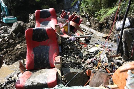 昨日仍被土石填滿的遊覽車,今日已近乎被國軍解體,進行撤體搜索