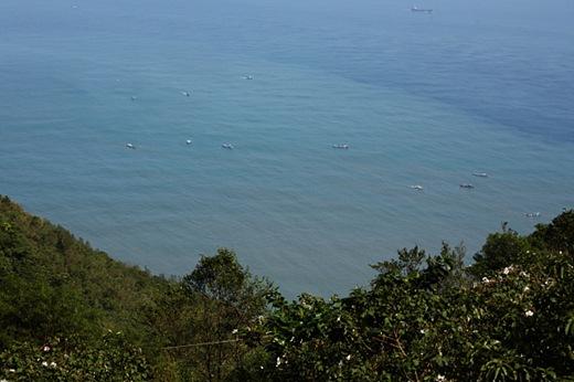 海面上的搜索船隻,明顯比前幾天更多。由於搜救隊伍懷疑有車體落海,因此未來搜救重心可能會轉往海面以及蘇花公路下方邊坡