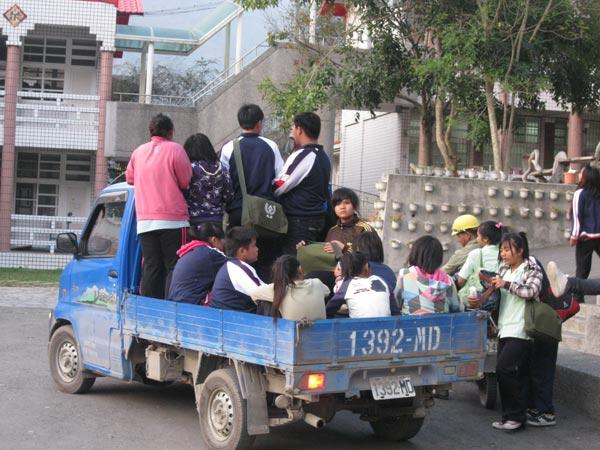 坐貨車,吃沙子─桃源孩子的上學路