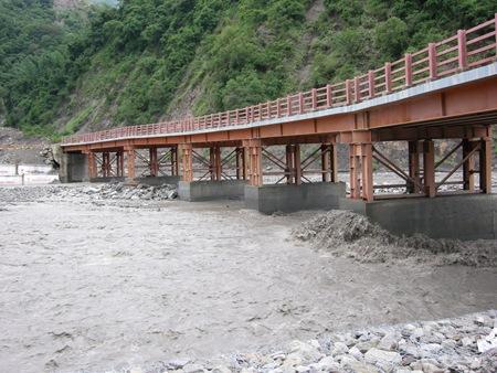 DSCN9953連接勤和往桃源里的樂農鋼便橋橋墩承受土石衝擊沖刷,結構需檢查