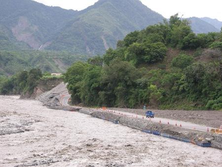 DSCN9958溪水幾乎慢上連外道路