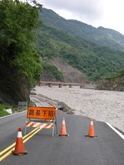 DSCN9971聯外便道被荖濃溪水侵蝕僅剩單線