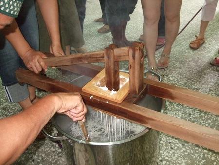 用傳統的米苔目製作機器製作芋頭米苔目