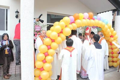 IMG_4951開啟聖堂的大門~主教將鑰匙交給本堂神父與教友代表,成為天主子民團聚祈禱奉獻見證與傳福音的地方