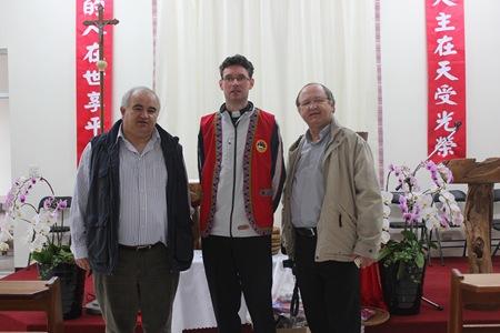 IMG_5073中立者為柏克偉神父,波蘭籍,負責阿里山鄒族七個堂區