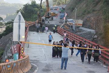 IMG_7616學生集體走過整修中的危橋對著來接的主任Kuso驚恐的樣子