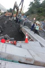 IMG_7627一早學生過橋時,復興里長與工地負責人在場注意安全問題