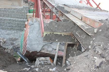 IMG_7634罪魁禍首在於這兩個水泥貨櫃已經鬆動