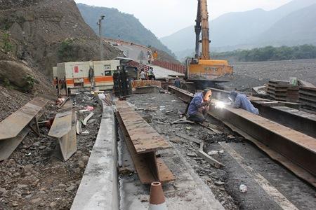 IMG_7691暫時封鎖橋面加緊焊接趕工