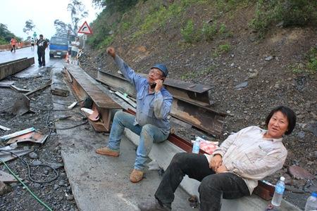 IMG_7720終於完成行人暫行的鐵板橋面,工人說:拍我,是我完成的