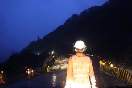 IMG_7737入夜已經下雨仍在趕工的施工人員
