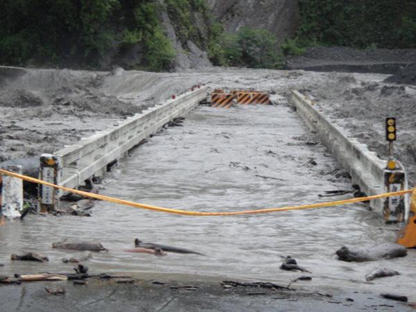 豪大雨造成高雄山地災區多處撤村,桃源復興里拉庫斯溪潰堤成孤島