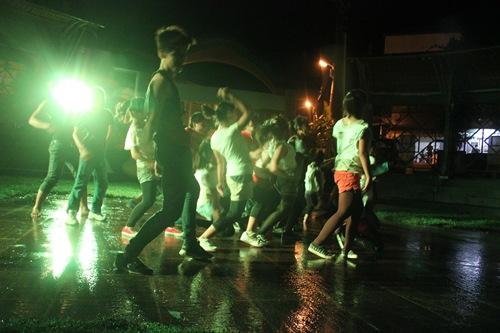 IMG_5010意猶未盡,學生們突然無預警爆發,也不管仍再下雨就著上存的燈光再舞一次