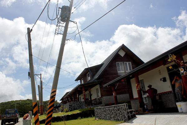 「不到一年,這麼多東西掉下來?」颱風後的高士佛永久屋