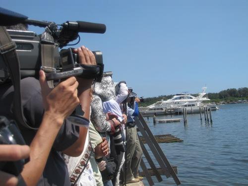 為了迎接拜訪號獨木舟,安平港海邊聚集了許多人拍照