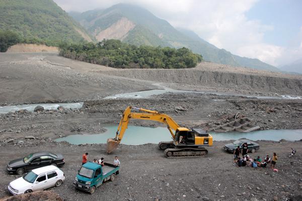 政府開放撿拾珍貴木材,荖濃溪河床成為黑幫叢林
