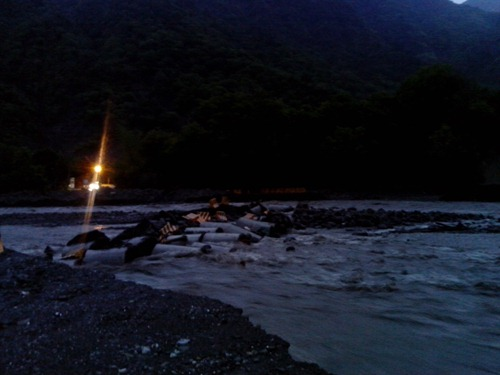 早晨五點多,復興拉庫斯溪涵管便道斷絕,對面是過不了橋的車燈(謝傳福攝)
