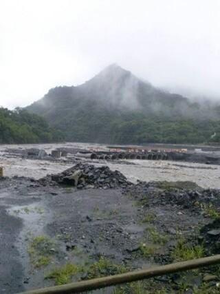 拉庫斯溪涵管便橋封橋,拉芙蘭與梅山多少紅肉李農擔心果子無法外運影響收成。Ju Ping Du拍攝。