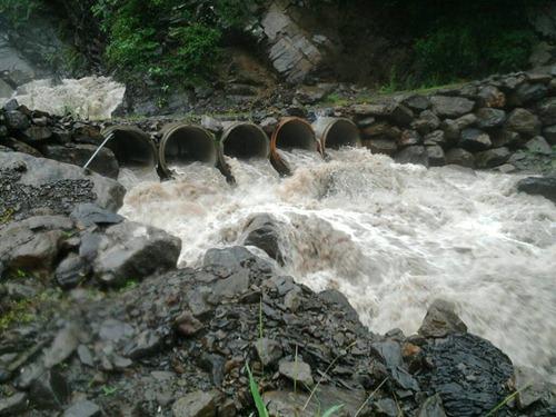 從勤和通往桃源的嘎拉鳳吊橋需繞道這個涵管便橋,下午三點時,該便橋已經溪水暴漲不堪使用